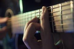 Muzyka mężczyzna bawić się gitarę na koncercie zdjęcia royalty free