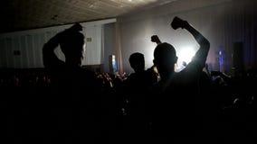 Muzyka na żywo koncert z ogromnym tłumem ludzie, fan Rozwesela Klasczący Oklaskiwać, ludzie Przy Rockowym koncertem zdjęcie wideo