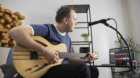 Muzyka ?piew i bawi? si? gitara elektryczna w domowym muzycznym studiu zbiory wideo