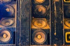 Muzyka rozsądni mówcy wiesza na ścianie w monochromatycznym roczniku projektują Obrazy Royalty Free