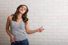 muzyka usłyszała młodych kobiet Obraz Stock