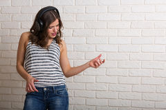 muzyka usłyszała młodych kobiet Zdjęcia Royalty Free