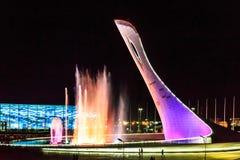 Muzykalna fontanna przy nocą Olimpijska pochodnia, Sochi, Rosja obraz royalty free