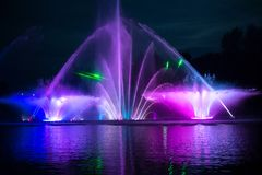 Muzykalna fontanna z kolorowymi iluminacjami w nocy Obrazy Royalty Free