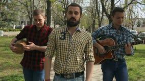 Muzykalna grupa wykonuje na ulicie zbiory