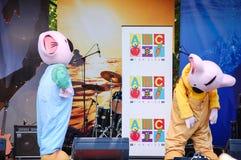 Muzykalnego występu przedstawienie na scenie w koala kostiumu dla dzieciaka parka na Australia dniu publicznie obrazy stock