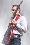 Muzyki i sztuki pojęcia Portret Ekspresyjna Męska gitara Playe Zdjęcia Royalty Free