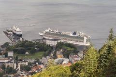 MV Azura i Azamar pogoń berthed w Bergen od Fløyen góry fotografia royalty free
