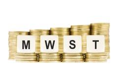 MWST (Mehrwertsteuer) auf Stapel von Goldmünzen mit einem weißen Backg Stockbilder