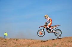 MX atleta na rowerze lądował na zboczu Zdjęcie Stock