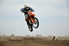 MX raceauto op het springen van een heuvel Royalty-vrije Stock Foto