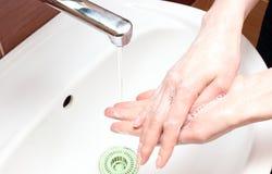 Myć ręki pod wodą bieżącą Zdjęcie Royalty Free