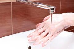 Myć ręki pod wodą bieżącą Zdjęcia Royalty Free
