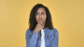 Myśląca Afrykańska dziewczyna Odizolowywająca na Żółtym tle, Brainstorming zdjęcie wideo