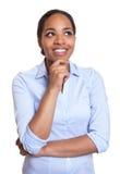 Myśląca afrykańska kobieta w błękitnej koszula Obrazy Stock