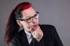 Myśląca biznesowa punkowa kobieta w szkłach Obrazy Stock