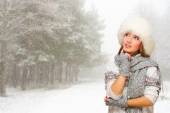 Myśląca dziewczyna przy zima lasem Obraz Royalty Free