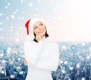 Myśląca i uśmiechnięta kobieta w Santa pomagiera kapeluszu Obraz Stock