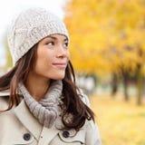 Myśląca jesieni kobieta patrzeje spadku las Obraz Royalty Free