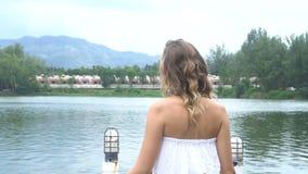 Myśląca kobieta jeziorem zdjęcie wideo