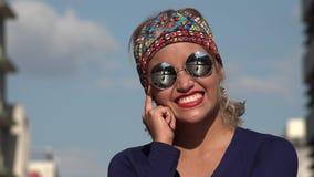 Myśląca kobieta Z okularami przeciwsłonecznymi zdjęcie wideo