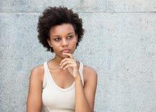 Myślącego amerykanina afrykańskiego pochodzenia młoda dorosła kobieta zdjęcie royalty free