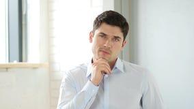 Myślący Kreatywnie mężczyzna w biurze, Salowym zdjęcia stock