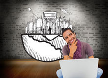 Myślący mężczyzna obsiadanie na podłogowym używa laptopie i ono uśmiecha się Obraz Stock