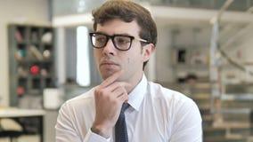 Myślący młody biznesmen przy pracą, brainstorming pomysł zdjęcie wideo