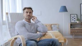 Myślący W Średnim Wieku mężczyzna obsiadanie na Przypadkowym krześle, Brainstorming zbiory