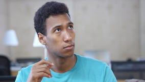 Myślący Zadumany Czarny młody człowiek w biurze, portret zdjęcia royalty free