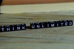 Myśl nieograniczona na drewnianych blokach Motywaci i inspiraci pojęcie zdjęcia royalty free