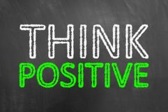 Myśl pozytywu kredy tekst na blackboard lub chalkboard fotografia royalty free