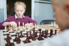 Myśleć o szachowym ruchu zdjęcia royalty free