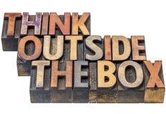 Myśleć outside pudełkowaty pojęcie w drewnianym typ Fotografia Royalty Free
