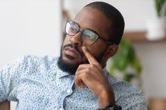 Myśleć rozwiązania pojęcie, poważny afrykański biznesmen gubjący w myślach fotografia royalty free