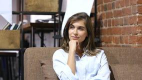 Myśleć, Zadumany młody Uroczy dziewczyny obsiadanie na kanapie Fotografia Stock