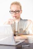 Myśli biznesowa kobieta w biurze, dnia marzyć Obraz Stock