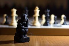 myśliciel statua na szachowej deski zwitki małym główkowaniu o st obraz stock