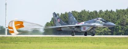 Myśliwa odrzutowego Mikojan-Gurewitsch MiG-29 demonstracja podczas Międzynarodowej Kosmicznej wystawy (Polska siły powietrzne) Zdjęcia Stock