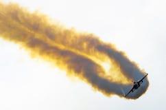 Myśliwa samolot z dymnymi aerobatic manewrami zdjęcie stock