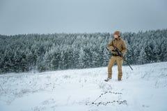 Myśliwego mężczyzna ubierał w kamuflaż ubraniowej pozyci w zimie Zdjęcie Stock