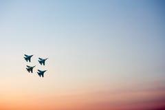 Myśliwowie odrzutowi przy airshow ruszać się oddolny obrazy royalty free