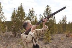 Myśliwy tropić z łowieckim karabinem Fotografia Stock