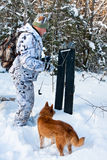 Myśliwy z nartami i psem Obrazy Royalty Free
