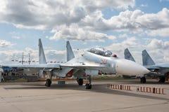 Myśliwiec pozycja na lotnisku obraz stock