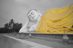 Mya Tha Lyaung Opiera Buddha w czarny i biały z żółtym kontuszem Obrazy Stock