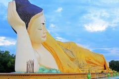 Mya Tha Lyaung Reclining Buddha Bago, Myanmar royaltyfri fotografi