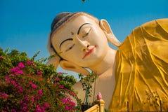 Mya Tha Lyaung Reclining Buddha Pegu Myanma burma fotografia stock libera da diritti