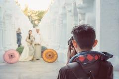Myanmar épousant la photographie Un couple birman dans une robe de tradition qui a été photographiée par un photographe l'épousan photos stock